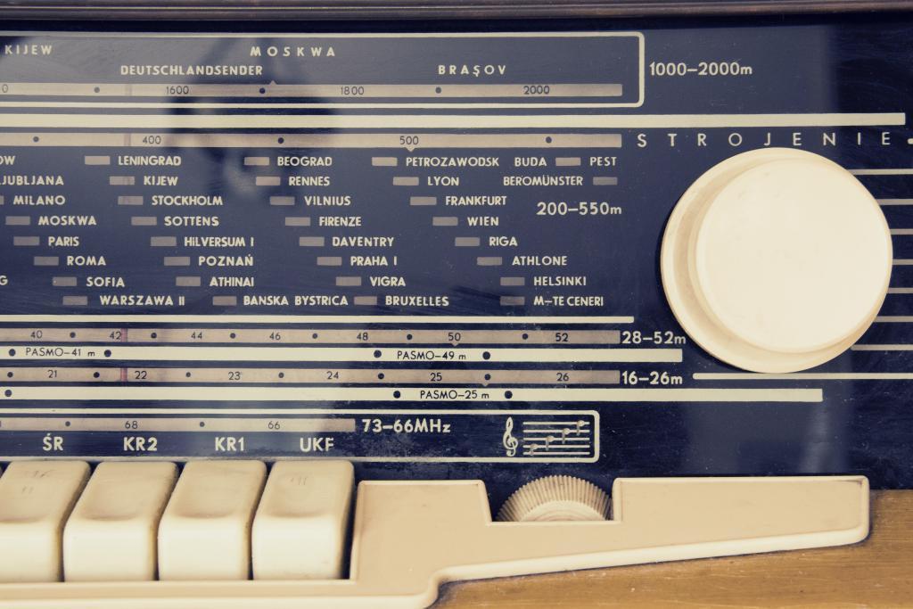 Dit jaar bestaat medium radio een eeuw. We zijn getrakteerd op diverse 100 Jaar Radio -podcasts, -radio-uitzendingen, -boeken, borrels, feesten, tv-documentaires, -verkiezingen, -exposities, -reünies, -symposia, -quizjes, -bijeenkomsten en vele nieuwsartikelen. En dan wordt het echte jubileum pas 6 november gevierd.